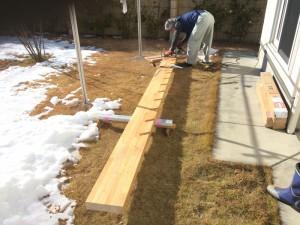 材料を加工します。力桁と呼ばれる大きな材です。長さは、なんと4mありました!