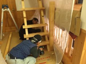 親柱、踏み板を設置していきます。階段っぽく、なってきました