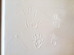 家族4人の手形。みんなで楽しく暮らそうね