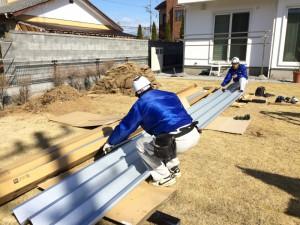 3m近くある屋根材。寸法測り、取り付けるための加工を行います