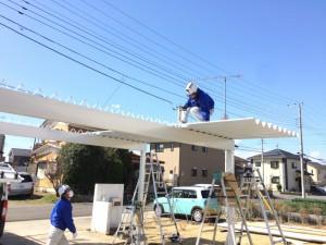 屋根材が重なる部分には、雨漏り防止のため、コーキングをつけて施工します