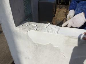 水を吸って、もろくなった漆喰は、簡単にはがれてしまいます