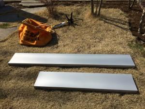 ガルバニウム鋼板という金属性の「笠木」を取り付けます