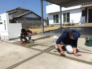 雑草対策で、10cm巾の目地をコンクリートで埋めます
