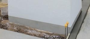 直接、漆喰が土と接しないように、モルタルを施工。雨水の吸い上げによる黒ずみも防ぎます