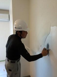 「コテムラ」仕上げ。ランダムに塗ります。職人さんの腕の見せ所です