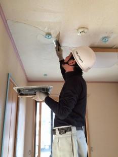 天井に漆喰を手際よく塗ります