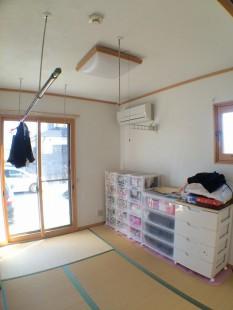 6帖のお部屋です。壁紙(ビニールクロス)の上に漆喰を塗りました