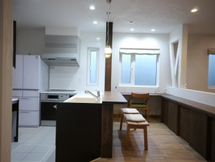 キッチンと対面するヌック (軽食コーナー) 一般的高さの椅子が 使えることがポイントです
