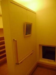 自立した壁:玄関とシューズクローゼットを区分けする役割とお客様をお迎えする飾り壁の役割をしています。※ことらは電球色